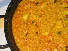 """Fabulosa receta para Bullit de Peix y Arroç a Banda. El Arroz a banda es un plato oriundo de la zona de Valencia aunque ya se ha extendido por todo el Mediterráneo, era propio de pescadores, primero hacían un hervido con la morralla y el pescado sobrante de la pesca al cuál le añadían patatas, ñoras como picada y alioli, después con el caldo sobrante hacían el arroz a banda, en Ibiza es muy popular """"El bullit de Peix y Arroç a Banda"""", hay lugares que lo sirven antes que el caldo, ot... Ibiza, Spanish Kitchen, Valencia, Curry, Popular, Ethnic Recipes, Food, Sash, Rice"""