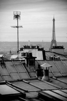 PARIS - MONTMARTRE - Torre Eiffel vista da Rue du Cardinal du Bois, a poucos metros da Sacré-Cœur - http://fuievouvoltar.com