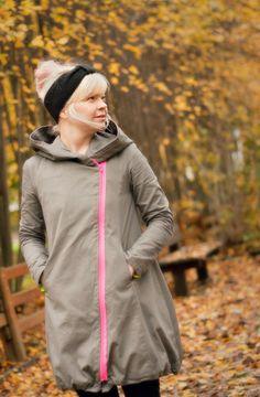 Jo muutama kevät tai syksy sitten haaveilin uudesta takista. Säkkimäisestä, tai ainakin pussahtavasta, jossa olis leppoisa olla. Mieluusti mustasta. Mutta tunnenh…