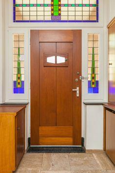 jaren30woningennl voordeur van een jaren30 woning met zij en bovenlichten met glasinlood