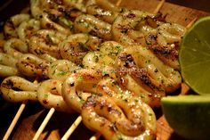 Grilled Calamari Brochettes with Lime (for 4 people) Ingredients: 500 gr of squid rings 1 lime 1 pinch of ras el hanout, chopped parsley, Espelette pepper 2 tbsp olive oil Salt & pepper Skewers & lime … Pork Rib Recipes, Easy Meat Recipes, Grilling Recipes, Cooking Recipes, Healthy Recipes, Cooking Ideas, Chicken Recipes, Vegetarian Recipes, Dinner Recipes