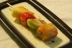 Brocheta de frutas de la temporada sobre sopa de chocolate blanco y almíbar de