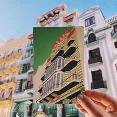 La Casa Judía se construyó en Valencia en los años 30. La diseñó un arquitecto muy loco que mezcló la elegancia geométrica del Art Deco con... bueno, con el estilo valenciano más fallero y explosivo. Colores a tope, formas imposibles y ornamentación así como del Antiguo Egipto, que estaba muy de moda. ¡Demasiado nunca es suficiente! Todo este exceso la ha convertido en uno de los iconos de la arquitectura valenciana. Ilustración de #AtypicalValencia