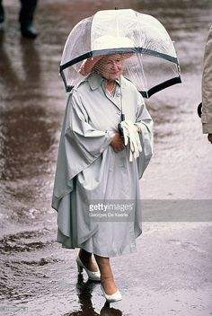 Queen Mother holds an umbrella during Royal Ascot on June 1990 in Ascot, England. Get premium, high resolution news photos at Getty Images Royal Queen, Queen Mary, Queen Elizabeth Ii, Queen 90th Birthday, King George Iv, Mother Family, Her Majesty The Queen, Queen Mother, Royal Ascot