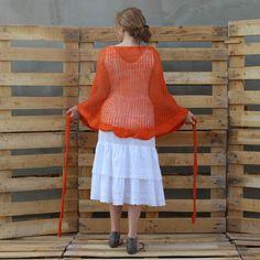 Chusta robiona na drutach o misternym delikatnym wzorze i bardzo wyraźnym pomarańczowym kolorze