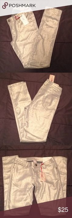 Decree super skinny pants Decree super skinny size 5 junior shimmery gold super skinny pants low rise Decree Pants Skinny