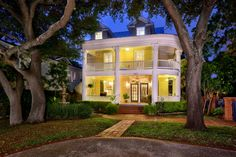 House in San Antonio, United States. Our home is sheltered by a huge Texas Oak Tree on private mature grounds in San Antonio's Alta Vista midtown neighborhood directly across the street from historical San Pedro Springs Park. Our well-appointed 1910 three-story home's private entranc...