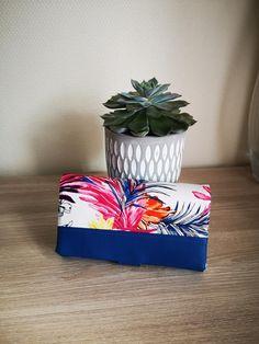 Compagnon Complice en simili bleu et imprimé feuilles colorées cousu par Maryne - Patron Sacôtin