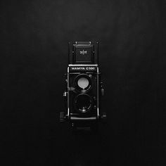 Fancy - Mamiya TLR Camera - Great camera, when I started traing to be Photographer my boss used these ☮k☮ Old Cameras, Vintage Cameras, Antique Cameras, Photography Gallery, Camera Photography, Life Photography, Vintage Photography, Great Photographers, Love At First Sight