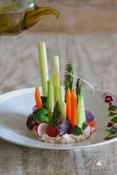 Ensalada de verduras y cremoso a las finas hierbas Kreative Snacks, Food Plating Techniques, Do It Yourself Food, Food Garnishes, Food Decoration, Appetisers, Food Presentation, Creative Food, Food Design