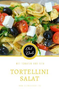 Besonders zur Grillsaison sind Nudelsalate eine beliebte Beilage zu dem ganzen Fleisch. Du kannst sie in den unterschiedlichsten Variationen zubereiten und man kann nie genug neue Rezepte dafür ausprobieren! Hier wird dir ein köstlicher Nudelsalat aus Tortellini zubereitet gezeigt, der eine kreative Abwechslung zu den gängigen Rezepten ist. Ergänzt werden die Nudeln mit Tomaten, Feta und Oliven sowie einem selbst gemachten, fein würzigen Dressing.