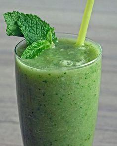 1 rijpe peer 1/2 avocado Hand rucola sla 1/4 komkommer 100 ml kokoswater