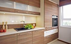 Dwukolorowa aranżacja kuchni - na ścianie wykorzystano łączenie dwóch różnych materiałów.
