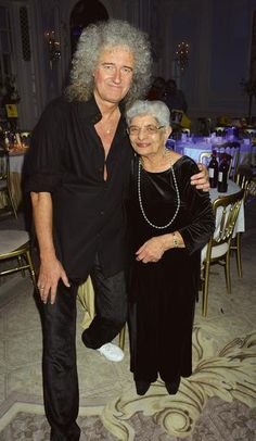 Brian May e Jer Bulsara, mãe de Freddie Mercury.