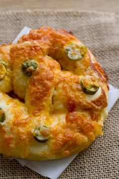 Soft pretzels are a carb-lover's delight. While I adore the salt-encrusted version, these Cheesy Jalapeño Pretzels have won a place in my heart, too! Jalapeno Pretzel Recipe, Pretzels Recipe, Bakery Recipes, Cooking Recipes, Bread Recipes, Pizza Recipes, Yummy Snacks, Yummy Food, Homemade Soft Pretzels