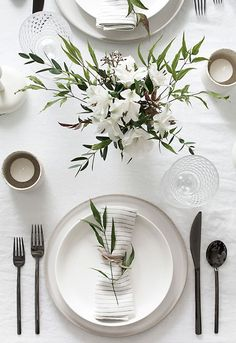 Tips to Set a Simple and Modern Tablescape Easy ideas for creating a modern minimal table setting.Easy ideas for creating a modern minimal table setting. Deco Floral, Wedding Table Settings, Table Wedding, Simple Table Setting, Elegant Table Settings, Beautiful Table Settings, Round Table Settings, Wedding Ceremony, Wedding House
