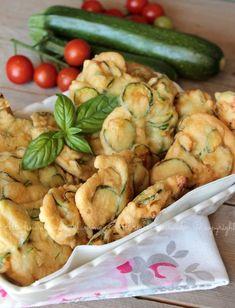 Frittelle di zucchine pastellate, ricette semplice, veloce, economica! Pastella croccante e gustosa!Ottime fritte o cotte in forno, mangiate calde o fredde!
