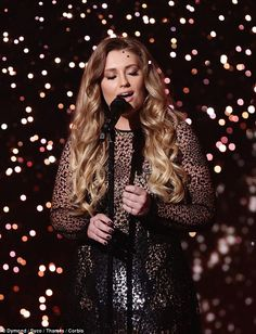 Ella Henderson performed her new single, Yours on Sunday night's episode of X Factor Nick Jonas Smile, Ella Anderson, Celebrity Singers, Pop Idol, Hollywood Life, Music Covers, Kinds Of Music, Celebs, Celebrities