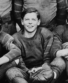 This 1927 photo shows the future president on his high school football team in Dixon, Ill. After his radio, film and television career, Ronald Regan became the President of the United States. Presidents Wives, Republican Presidents, Greatest Presidents, American Presidents, American History, 40th President, President Ronald Reagan, Nancy Reagan, Famous Stars