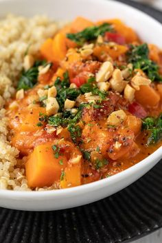 Süßkartoffel-Kokos-Curry mit Spinat Rezept - Leckeres veganes Süßkartoffel-Kokos-Curry als schnelles Essen für jeden Tag. #süßkartoffel #curry #kokos #rezept #vegan #vegetarisch Paella, Sweets, Spinach Recipes, Curry Recipes, Soy Sauce, Cilantro, Coconut Curry, Rice Noodles, Good Stocking Stuffers