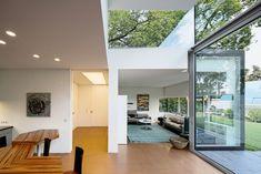 Zwei raffinierte, verglaste Dachvitrinen geben dem flachen Bungalow eine lichte Raumhöhe | Gatermann + Schossig Architekten ©Jens Willbrand Photographie, Köln