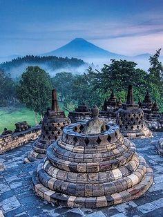 Borobudur, Indonesiie: Lieu saint et site sacré UNESCO, temple bouddhiste 8-10e siècle, île de Java, composé de 72 Stupas (monuments funéraires bouddhiste) beaucoup de statues de bouddha.