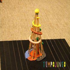 Brincadeiras de natal com a família: 4 ideias - Tempojunto Triangle, Kids, Christmas Traditions, Christmas Night, Christmas Fun, Pranks, Diy Creative Ideas, Young Children, Boys