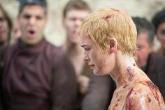 """A atriz Lena Headey, a Cersei Lannister de """"Game of Thrones"""", contou que usou uma dublê de corpo na cena em que a Rainha é obrigada a caminhar nua por entre uma multidão de cidadãos revoltados."""