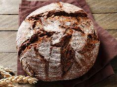 In unserem Rezept zeigen wir Ihnen, wie Sie ein leckeres Brot im Topf backen können. Diese überraschend einfache Art des Backens, der Geschmack des Brotes und die herrliche Kruste werden Sie garantiert überzeugen.