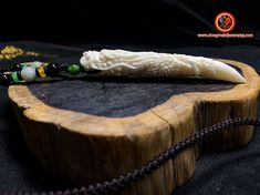 pendentif dragon. Griffe de dragon. dragon en os. Os de buffle. cordon agrémenté de jade néphrite. dimension de la griffe: 90mm/ 13mm/ 12.29 Feng Shui Jewellery, Dragon, Jewelry, Cords, Pendant, Jewlery, Jewerly, Schmuck, Dragons
