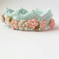 Corona de menta con detalle de la flor de ganchillo / / tamaño