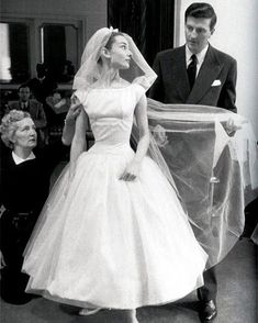 """Funny Face"" Wedding Dress Audrey Hepburn was rocking her Givenchy dress way before Bey, as Jo Stockton in this 1957 movie. The super-chic, tea-length wedding gown has become one of the most iconic in the history of film. Audrey Hepburn Outfit, Audrey Hepburn Wedding Dress, Audrey Hepburn Funny Face, Audrey Hepburn Pictures, Audrey Hepburn Givenchy, Audrey Hepburn Movies, Aubrey Hepburn, Movie Wedding Dresses, Wedding Movies"