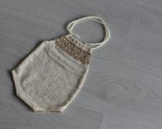 Hand knit baby romper // Light grey romper, newborn gift, knitted baby photo prop, romper with bow, 10-14 months, baby overalls, onward onward  Details: ▲ wool blend yarn ▲ gently hand wash in warm water, lay flat to dry ▲ for a 10-14 months old baby ▲ ready to ship  Note that colors can be a little different – it depends on calibration and settings of your monitor.  Do you have any questions? Convo us