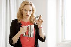 Larua (Mille Lehfeldt) med sin nye opfindelse; den selvbryggende te-kop.  Copyright SF Film