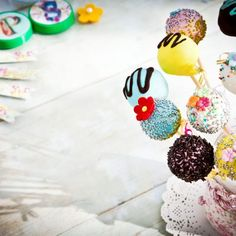 Cake pops. Ιδανικό γλύκισμα για τους μικρούς μας φίλους με σοκολάτα! #cakepops #cakepopstagram #cakepopstagram #cakelover #kidsdesserts #kidscake #dessertrecipes #sweetrecipes #sweets #children #kidsfood Christmas Recipes, Cake, Desserts, Food, Tailgate Desserts, Deserts, Mudpie, Meals, Dessert