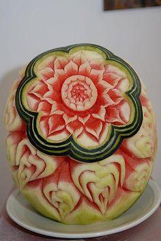 Amazing Food Decoration, Fruits Decoration, L'art Du Fruit, Fruit Art, Veggie Art, Fruit And Vegetable Carving, Watermelon Art, Watermelon Carving, Food Sculpture
