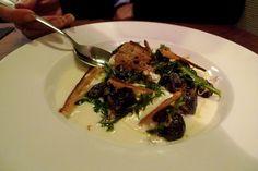velouté de topinambours d'Annie Bertin, légèrement crémé et citronné, surmonté d'une fricassée de bons gros escargots, de la dentelle de pain croustillante, quelques feuilles de pissenlit sauvage - A essayer au restaurant Racines