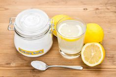 The combination of baking soda (sodium bicarbonate) and lemon water/juice has been making its rounds online as the next big thing. Drinking Baking Soda, Baking Soda Bath, Baking Soda And Lemon, Baking Soda Detox Drink, Baking Soda Health Benefits, Home Remedies, Natural Remedies, Blackheads On Nose, Acerola