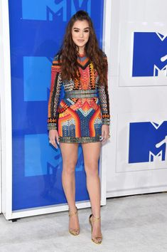 Hailee Steinfeld Photos Photos - Hailee Steinfeld attends the 2016 MTV Video…