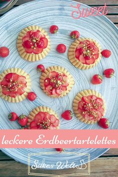 Leckere, kleine Erdbeertörtchen. Wer kann da schon Nein sagen? Diese Törtchen sind ratzfatz gebacken und bis sie auskühlen wird etwas Pudding gekocht. Erdbeeren geschnippelt und darauf drapiert. Auf die kleinen Tarteletts kommt dann noch etwas gehackte Pistazie und fertig. Das ausführliche Rezept zum nachbacken und genießen findest Du hier auf meinem Blog. Schau vorbei. #silkeswelt #erdbeeren #tartelettes