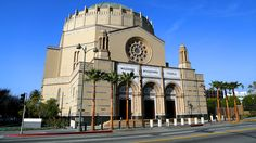 In 1920s Los Angeles, the moguls of the city's new moviemaking industry funded one of the most remarkable synagogues in the world, Wilshire Boulevard Temple.