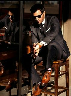 Brown shoes work with black suits. Trend Fashion, Suit Fashion, Look Fashion, Fashion Updates, Fashion Inspiration, Style Gentleman, Gentleman Mode, Sharp Dressed Man, Well Dressed Men