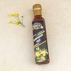 Sarı Kantaron çiçeklerinin soğuk sıkım zeytin yağı içerisinde bekletilmesiyle (maserasyon) elde edilmiştir. Cildi besler, nemlendirir ve daha canlı görünmesine yardımcı olur. Starbucks Iced Coffee, Coffee Bottle, Homemade, Drinks, Drinking, Beverages, Home Made, Drink, Beverage