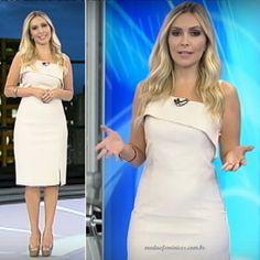 Sem dúvida nenhuma, os looks de Renata Vasconcellos são sempre os mais pedidos. Neste domingo, 29, a apresentadora usou belo vestido de branco de alfaiataria e de comprimento midi.Atrás uma pequena fenda. Os scarpins...