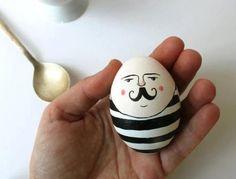 oeuf de Pâques décoré d'un dessin de bonhomme sympa