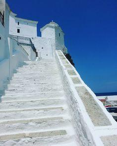 """""""Το θαλασσί της θάλασσας κ όλο το μπλε του χάρτη..."""" #skopelos #blue #white#aegeansea #stairs #cherch #traditionalart #greece🇬🇷#ig_greece #wu_greece #love_greece #we_love_greece #perfect_greece #photooftheday #urbangreece #reasontovisitgreece #greecelover_gr #greeksislands #vintagegreece#streetsingreece"""