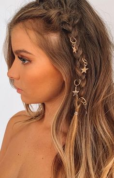 Make a wish upon a shooting star for these hair rings this festival season. Thread the Starlight Hair Rings in Gold into your braids and other updos for a unique look that everyone will be wishing they had. 5 festival hair rings Star pendants Rings s Box Braids Hairstyles, Pretty Hairstyles, Festival Hairstyles, Boho Hairstyles, Hairstyles With Ribbon, Pirate Hairstyles, Concert Hairstyles, Easy Hairstyle, Homecoming Hairstyles