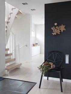 Subtile Christmas decoration - via Coco Lapine Design. Love the black wall Hallway Inspiration, Interior Inspiration, Interior Stairs, Interior And Exterior, Deco Nature, Christmas Interiors, Scandinavian Living, Black Walls, Home And Deco
