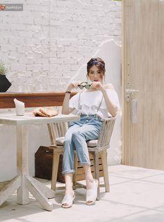 """Bộ đôi quần yếm và áo trễ vai là gợi ý tuyệt vời dành cho những cô nàng muốn diện đồ vừa năng động lại vừa yểu điệu. Trong trường hợp này, giày đế cói chính là phụ kiện vừa mới lạ lại vừa """"ăn rơ"""". Tokyo Fashion, Teen Fashion, Fashion Outfits, Womens Fashion, Fashion Trends, Korean Fashion Kpop, Ulzzang Fashion, Foto Pose, Kawaii Clothes"""