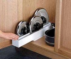 Хранение на кухне: 33 идеи для крышек и кастрюль-4 Small Appliances, Kitchen Appliances, Tapas, Kitchen Storage, Dog Bowls, Shoe Rack, Door Handles, Sweet Home, House Design
